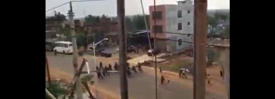 Policías corriendo de los protestantes en el estado Vargas | iJustSaidIt.com